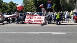 """""""Koperta za... operacja wybory"""". Trwa manifestacja przed Sejmem - miniaturka"""