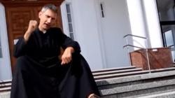 Rapujący kapelan podbija internet - miniaturka