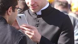 Kiedy korzystanie ze smartfona jest grzechem?  - miniaturka