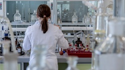 Koronawirus. Chińscy naukowcy uważają, że aż 44% przypadków zakażeń pochodzi od osób bez objawów choroby - miniaturka