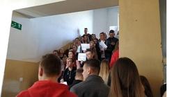 Maturzyści śpiewają strajkującym nauczycielom: Życie nie tylko po to jest, by brać - miniaturka