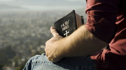 Wzruszające! Po raz pierwszy dostali Biblię. Zobacz, co zrobili!  - miniaturka