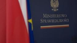 """Ministerstwo Sprawiedliwości: Projekt ustawy o """"polskich obozach"""" przekazany do dalszych prac w komisji - miniaturka"""