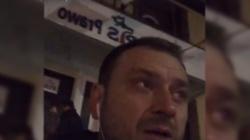 Poseł Nitras postanowił umyć drzwi biura PiS w Szczecinie. FILM - miniaturka