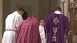Dlaczego kapłan zakłada dziś różowe szaty? - miniaturka