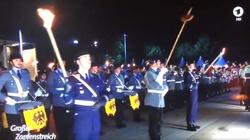 Zdjęcia z pożegnania von der Leyen. Pochodnie w rękach niemieckich żołnierzy. Faszyzm? - miniaturka