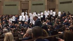 ŻENADA! Posłowie PO próbowali ułożyć napis Kaczyński przeproś Polaków na sali sejmowej - miniaturka