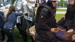 Agresywna policja, czy córka radnej PiS? Szef MSWiA krytykuje policję za brutalne działania wobec kobiety - miniaturka