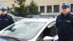Bohaterscy policjanci uratowali rodzinę z płonącego budynku! - miniaturka