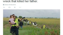 Poruszające zdjęcie! Policjant próbuje odwrócić uwagę dziewczynki od wypadku, w którym zginął jej tata - miniaturka