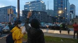 Warszawa. Rondo ONZ. Aktywiści aborcyjni zablokowali karetki. Policja bezradna - miniaturka