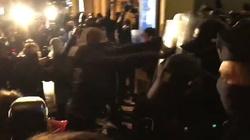 Protestujący atakują policję, a posłowie KO się temu przyglądają [Wideo] - miniaturka