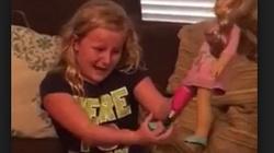 To nagranie stało się hitem internetu! Dziewczynka bez nogi dostała lalkę z... protezą. Jej reakcja po prostu wzrusza! - miniaturka