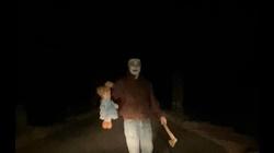 Szokujące! Knurów. Psychopata czy dowcipniś? Maska, siekiera i lalka na jezdzni w szczerym polu [Wideo] - miniaturka