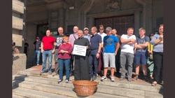 Akcja prowokacyjna feministek w Szczecinie. ,,Kościoła i księży będziemy bronić'' - miniaturka