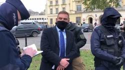 Robert Bąkiewicz oskarża policję. Po konferencji legitymują go funkcjonariusze - miniaturka