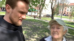 Ucałowała stopy aktywistce LGBT. Rozmowa ze ,,staruszką'', która skruszyła serca Polaków  - miniaturka