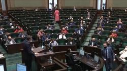 Żenujące! W Sejmie przemawia premier, a posłowie KO… urządzają sobie sesję zdjęciową - miniaturka