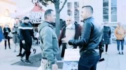 Poseł Sowa zarzeka się, że manifestacja Tuska była wolna od agresji. Internauci pokazują nagrania  - miniaturka