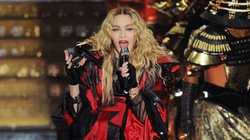 Madonna przekracza kolejne granice, rozbiera na scenie 17-latkę! - miniaturka