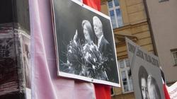 Miesięcznica smoleńska. Politycy oddali hołd ofiarom katastrofy - miniaturka