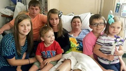 NIESAMOWITE! To małżeństwo zaadoptowało szóstkę dzieci swojej przyjaciółki, która zmarła na raka - miniaturka