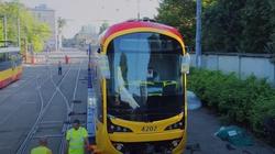 Kolejna fatalna inwestycja Trzaskowskiego? Koreańskie tramwaje nie mieszczą się na przystankach - miniaturka