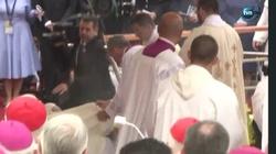Papież Franciszek upadł podczas Mszy Św.  - miniaturka