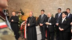 8. rocznica pogrzebu pary prezydenckiej. Politycy PiS oddali hołd śp. Lechowi i Marii Kaczyńskim - miniaturka
