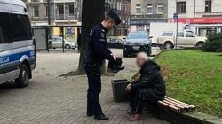 Piękny gest! Policjant oddał swoje buty bezdomnemu - miniaturka