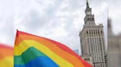 Narkotyki, LGBT, prostytucja. Szokujący raport na temat organizacji finansowanych przez warszawski ratusz - miniaturka