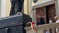 Piękny gest! Prezydent złożył kwiaty pod sprofanowaną figurą Chrystusa! - miniaturka
