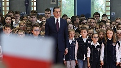 Piękne! Premier odśpiewał z dziećmi hymn narodowy. ,,Mazurek Dąbrowskiego to oznaka jedności naszego narodu'' - miniaturka
