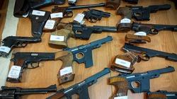 Cela plus: Potężne uderzenie CBŚP w nielegalny handel bronią. Przejęto niemal 300 sztuk i zatrzymano 7 osób - miniaturka