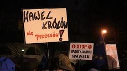Blokowali politykom PiS dojazd na Wawel. Sąd ich uniewinnił - miniaturka