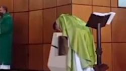Kolumbia: Po mistycznym przeżyciu ksiądz ogłosił, że Komunia będzie przyjmowana tylko do ust i na kolanach - miniaturka