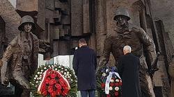 Morawiecki i Pence złożyli kwiaty przed pomnikiem Powstania Warszawskiego - miniaturka