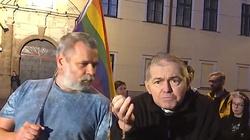 Sam przeciwko demonstracji LGBT. Internauci dziękują księdzu! - miniaturka