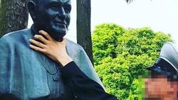 Skandal! Rosjanin dusi popiersie św. Jana Pawła II - miniaturka