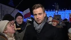 """Politycy PiS krytycznie o ataku """"babć w moherach"""" na dziennikarza TVP - miniaturka"""