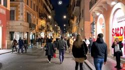 Włochy. Tłumy na ulicach i plażach. Władze straszą powrotem obostrzeń - miniaturka