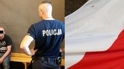 Białorusin zatrzymany za znieważenie polskiej flagi. Rzucił ją psom i zaczął deptać - miniaturka
