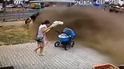 Dramatyczna scena! Dachujący samochód minął o centymetry wózek. ZOBACZ FILM - miniaturka