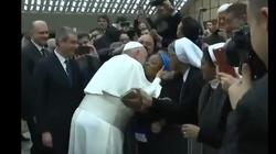 Zaskakujące zachowanie papieża. ,,Nie ugryź mnie'' - miniaturka