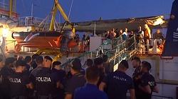 Imigranci siłą wpłynęli do włoskiego portu. Trafią do pięciu krajów UE - miniaturka