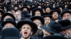 Jarmułki z głów przed polskimi ofiarami Żydów w Nalibokach! - miniaturka