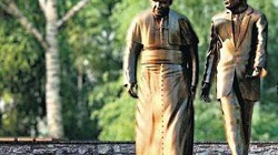 Nietypowy pomnik. Reagan spacerujący z papieżem - miniaturka